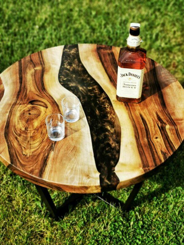 stolek z ořechu a pryskyřice
